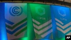Eventail de drapeaux pour accueillir les participants à la COP24, le 1er décembre 2018, à Katowice, en Pologne. (Photo AP / Frank Jordans)