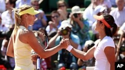 Li Na of China (R) shakes hands with Maria Sharapova of Russia after winning their semifinal match at the French Open tennis tournament in Paris June 2, 2011.