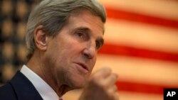 Menlu AS John Kerry saat memberikan pidato di hadapan staf Kedutaan Amerika di Kabul, Afghanistan, di antara jeda waktu pertemuan dengan Presiden Hamid Karzai (12/10).