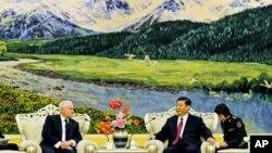 美国国防部长盖茨和中国国家副主席习近平在北京人民大会堂