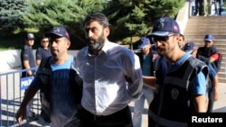 تعدادی از نظامیان متهم به دست داشتن به کودتا به ساختمان دادگاه منتقل می شوند.