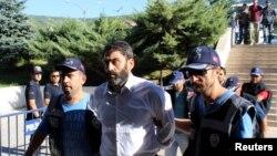 تصویر آرشیوی از دستگیری یکی از پرسنل ارتش ترکیه که به دست داشتن در کودتای نافرجام ۲۵ تیر ۱۳۹۵ مظنون است.