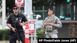"""""""Le tireur a été identifié comme un membre de la marine américaine"""", a annoncé la base navale dans un communiqué."""