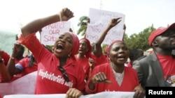 Warga Nigeria menuntut pembebasan siswi yang diculik oleh Boko Haram dari Chibok, Abuja (13/5).