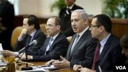 Perdana Menteri Israel Benjamin Netanyahu, kedua dari kanan, pada sidang kabinet mingguan (6/3).