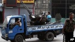 Сирийские повстанцы в селении Азаз в 20 километрах от Алеппо. 29 июля 2012 г.