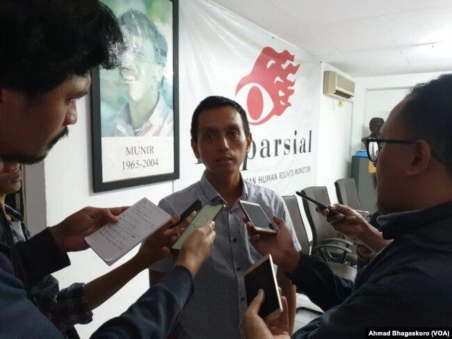 Direktur Imparsial Al Araf saat diwawancara wartawan usai konferensi pers di Kantor Imparsial, Jakarta, Rabu (6/2). Foto: VOA/Ahmad Bhagaskoro
