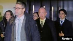 차관급 무역 회담을 위해 중국을 방문한 제프리 게리쉬 미 무역대표부(USTR) 부대표(가운데)가 미 대표단을 이끌고 11일 베이징의 호텔을 나서고 있다.