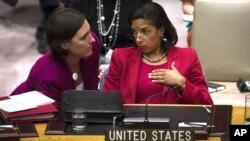 Đại sứ Hoa Kỳ tại Liên Hiệp Quốc Susan Rice nói chuyện với phụ tá trong cuộc họp của Hội đồng Bảo an tại trụ sở LHQ.
