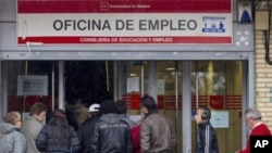 尋求就業援助的西班牙失業工人。