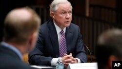 El secretario de Justicia, Jeff Sessions, también acusó a las llamadas ciudades santuario de socavar los esfuerzos para combatir a las pandillas criminales.