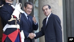 French President Nicolas Sarkozy welcomes Mahmoud Jibril, representative for foreign affairs with the Libyan Transitional National Council, prior to a meeting at the Elysee Palace, in Paris (File Photo - May 14, 2011)