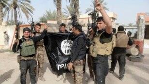 Pasukan Irak merayakan kemenangan setelah berhasil merebut kembali kota Ramadi, dan menurunkan bendera milik kelompok militan ISIS (foto: dok).