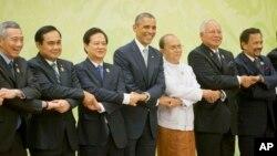 Presiden AS Barack Obama (tengah) saat menghadiri KTT ASEAN 13 November 2014 di Naypyitaw, Myanmar (foto: dok).