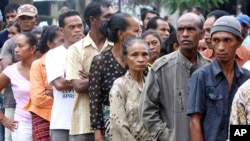 Voters line up at polling station in Timor-Leste, March 17, 2012. (AP)