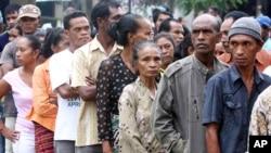 Warga Timor Leste mengantre di tempat pemilihan suara pada pemilihan umum (17/3). (AP)