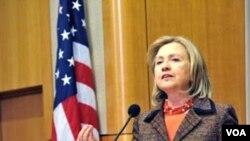 Menteri Luar Negeri AS Hillary Clinton meluncurkan Program Prakarsa 100 Perempuan, Jumat (18/3).