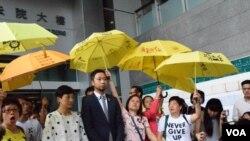 數十名支持者在法院外高舉黃傘聲援曾健超 (美國之音 湯惠芸拍攝)