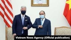 """Cố vấn An ninh Quốc gia Hoa Kỳ Robert O'Brien (trái) và """"kiểu chào thời COVID"""" với Thủ tướng Việt Nam Nguyễn Xuân Phúc trong cuộc gặp tại Hà Nội vào ngày 21/11/2020."""