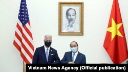 Cố vấn An ninh Quốc gia Mỹ Robert O'Brien (trái) và Thủ tướng Việt Nam Nguyễn Xuân Phúc trong một cuộc hội kiến tại Hà Nội, ngày 21 tháng 11, 2020. (Ảnh: Thông tấn xã Việt Nam)