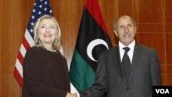 Menlu AS Hillary Clinton berjabat tangan dengan Ketua Dewan Transisi Nasional (NTC) Libya, Mustafa Abdel Jalil di Tripoli (18/10).