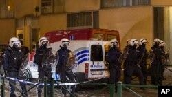 La policía de Bélgica realizó una redada en el vecindario Molenbeek en Bruselas donde resultaron heridas dos personas. Uno de los heridos es el fugitivo Salahn Abdeslam, de 26 años.