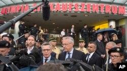 토마스 데메지에르(가운데 왼쪽) 독일 내무장관 등 당국자들이 뮌헨의 쇼핑몰 총기난사 현장에서 23일 기자들의 질문에 답하고 있다.