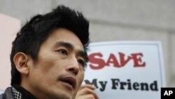 韩国著名影视明星车仁表2月21日在中国驻首尔大使馆附近举行的抗议中国逮捕朝鲜难民的集会上发表讲话