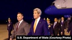 U.S. Ambassador to Cambodia William Heidt, center, escorts U.S. Secretary of State John Kerry, right, after he arrives at Phnom Pehn International Airport in Phnom Pehn, Cambodia, Jan. 25, 2016.
