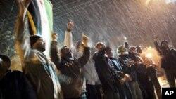 叙利亚自由军的支持者2月29日在伊德利卜的郊外在大雪中集会,高呼反政府的口号