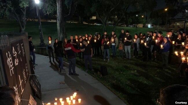"""洛杉矶""""香港论坛""""11月8日星期五晚间在洛杉矶县蒙特利公园市的巴恩斯公园组织烛光晚会,哀悼周梓乐同学。"""