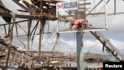 Một ngôi làng tại thành phố Tacloban bị san bằng sau siêu bão Haiyan.