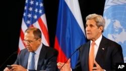 Menteri Luar Negeri AS John Kerry (kanan) dan Menteri Luar Negeri Rusia Sergey Lavrov menghadiri konferensi pers ISSG di Munich, Jerman (12/2).