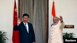 印度总理莫迪和中国国家主席习近平在新德里海德拉巴宫会晤前对媒体挥手致意。(2014年9月18日)