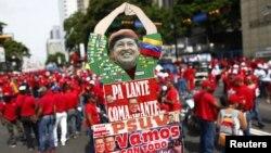 Cartel con la foto del presidente Hugo Chavez, durante manifestación del 1o. de mayo. Chávez prometió que la oposición nunca volverá a gobernar Venezuela.