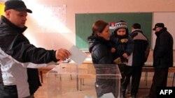 Srbi sa severa Kosova glasaju na glasačkom mestu u školi Sveti Sava, danas u severnom delu Kosovske Mitrovice.