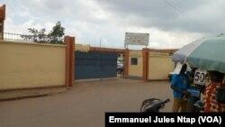 Lycée Bilingue de Nkol Eton, l'un des établissements secondaires public où le monnayage des recrutements à pignon sur rue selon l'Acdic, à Yaoundé, le 21 septembre 2017. (VOA/Emmanuel Jules Ntap)