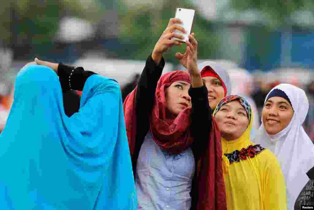 عکس سلفی زنان مسلمان فیلیپین پیش از اقامه نماز عید فطر در پارک لونتا مانیل فیلیپین