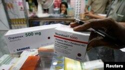 Seorang petugas tengah memeriksa paket obat-obatan di sebuah toko obat di Jakarta (Foto: dok). Peredaran obat-obatan resep secara ilegal hingga kini masih cukup tinggi. Badan POM di seluruh daerah semakin memperketat pengawasan terhadap peredaran obat-obatan resep.