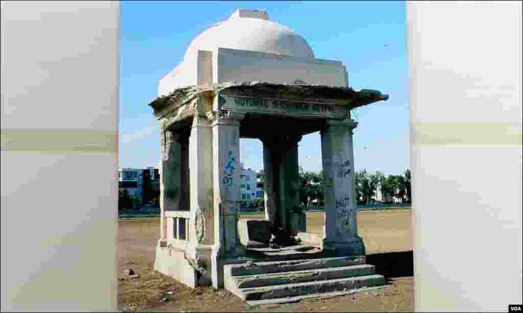 جہانگیر کوٹھاری کے جہاں ان دنوں باغ ابن قاسم ہے وہاں کھی باردہ دری ہوا کرتی تھی یہ تصویر اسی کی یادگار ہے مگر اصل میں اب اس کا نام و نشان بھی باقی نہیں رہا۔