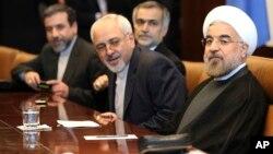 이란의 하산 로하니 대통령과 자바드 자리프 외무장관(오른쪽 부터) 등 고위 당국자들이 26일 유엔 본부에서 반기문 사무총장과 이란 핵 문제에 관해 논의했다.