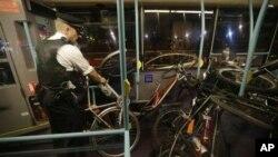 Petugas tengah menata sepeda yang disita dalam aksi protes para aktivis pesepeda di luar Taman Olimpiade saat berlangsungnya pembukaan olimpiade Musim Panas di London (27/7).