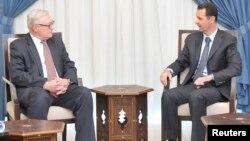 18일 시리아를 방문한 세르게이 랴브코프 러시아 외무차관(왼쪽)이 바샤르 알아사드 시리아 대통령과 회담했다.