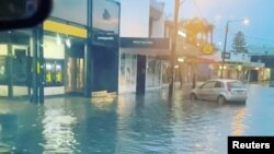 Banjir menggenangi jalanan Byron Bay, New South Wales, Australia, 7 Februari 2020. (Foto: videograb/Ballina Surf/via REUTERS ).