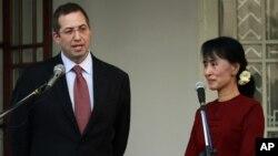 Đại sứ Derek Mitchell nói chuyện với phóng viên trong 1 cuộc họp báo với bà Aung San Suu Kyi tại Yangon, Miến Điện, 14/3/2012