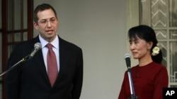 Đại sứ Derek Mitchell nói chuyện với phóng viên trong một cuộc họp báo với bà Aung San Suu Kyi tại Yangon, Miến Điện, 14/3/2012