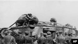 德国士兵站在一辆德国坦克前