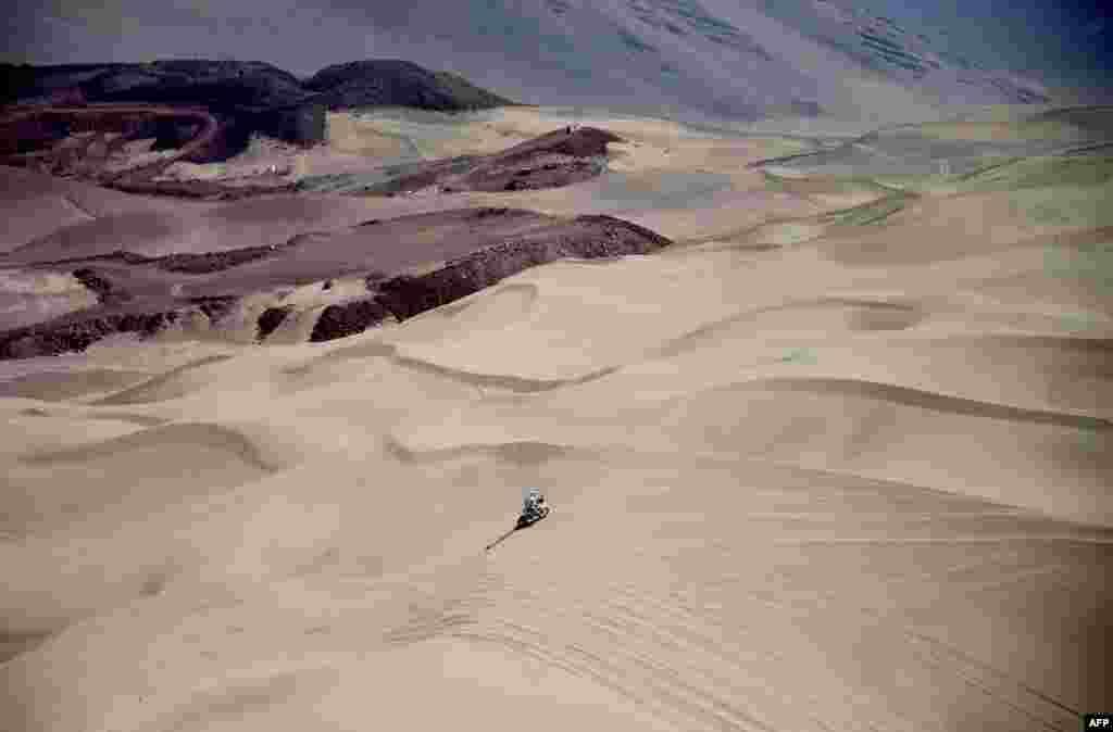 Pebalap motor ikut serta dalam lomba balap Reli Dakar 2015 etape 8 dari kota Uyuni, Bolivia menuju kota Iquique di Chile.