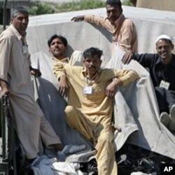 Des hommes à bord d'un véhicule militaire évacuant les décombres de la maison où Ben Laden a été tué