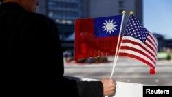 Một người ở Burlingame, bang California, cầm cờ Ðài Loan và cờ Mỹ bày tỏ ủng hộ Tổng thống Ðài Loan Thái Anh Văn quá cảnh Mỹ trong chuyến công du Châu Mỹ La tinh (ảnh tư liệu ngày 14/1/2018).